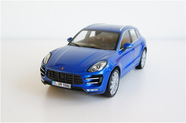 orig porsche macan turbo saphir blau metallic modellauto. Black Bedroom Furniture Sets. Home Design Ideas